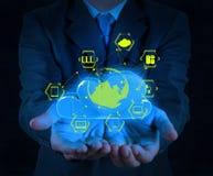 Geschäftsmannhand, die über Wolkennetz darstellt Lizenzfreie Stockbilder