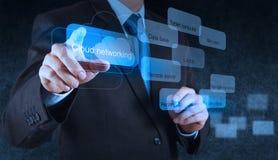 Geschäftsmannhand, die auf ein Datenverarbeitungsdiagramm der Wolke zeigt Lizenzfreie Stockfotos