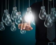 Geschäftsmannhand, die auf Glühlampe zeigt Lizenzfreies Stockfoto