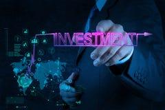 Geschäftsmannhand, die auf Investitionsdiagramm zeigt Lizenzfreie Stockbilder