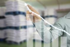 Geschäftsmannhand, die auf Spitze des Rentabilitätsdiagramms in Ihrem zeigt stockfoto