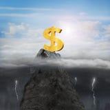 Geschäftsmannhand, die Dollarzeichen auf Spitze mit sonnigem stürmischem wünscht Stockfotografie