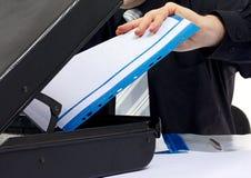 Geschäftsmannhand, die einige Dokumente verwahrt Stockbild