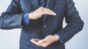 Geschäftsmannhand, die etwas hält Lizenzfreie Stockbilder