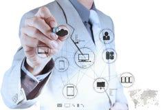 Geschäftsmannhand, die mit einem Datenverarbeitungsdiagramm der Wolke arbeitet Lizenzfreie Stockbilder