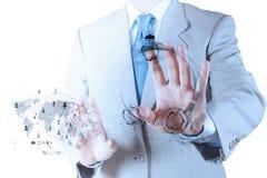 Geschäftsmannhand, die mit einem Datenverarbeitungsdiagramm der Wolke arbeitet Lizenzfreie Stockfotografie
