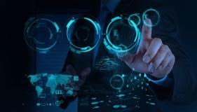 Geschäftsmannhand, die mit einem Datenverarbeitungsdiagramm der Wolke auf dem n arbeitet Lizenzfreies Stockbild