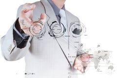 Geschäftsmannhand, die mit einem Datenverarbeitungsdiagramm der Wolke auf dem n arbeitet Stockbild