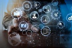 Geschäftsmannhand, die mit moderner Technologie und digitalem laye arbeitet lizenzfreies stockbild