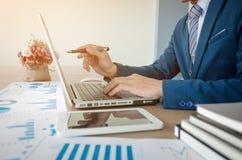 Geschäftsmannhand, die mit neuem modernem Computer und Geschäft s arbeitet Lizenzfreies Stockbild