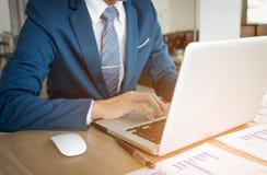 Geschäftsmannhand, die mit neuem modernem Computer und Geschäft s arbeitet Stockfotos