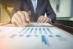 Geschäftsmannhand, die mit Plan- und Geschäftsstr des neuen Dokuments arbeitet Stockbilder