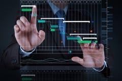 Geschäftsmannhand, die mit Touch Screen arbeitet lizenzfreies stockfoto