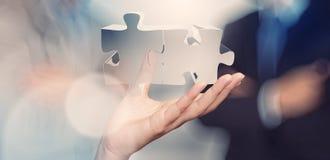 Geschäftsmannhand, die Partnerschaftszeichen zeigt Stockfoto