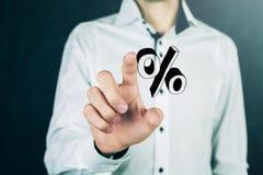 Geschäftsmannhand, die Prozentzeichen zeigt Lizenzfreie Stockfotografie