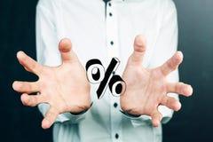 Geschäftsmannhand, die Prozentzeichen zeigt Stockbild