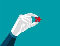 Geschäftsmannhand, die Puzzlespiel, rotes Puzzlespiel lokalisiert auf Weiß hält Lizenzfreie Stockfotografie
