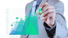 Geschäftsmannhand, die an virtuelles Diagrammgeschäft zeichnet Lizenzfreie Stockfotografie