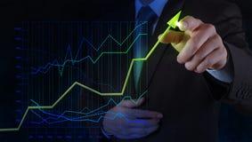 Geschäftsmannhand, die an virtuelles Diagrammgeschäft zeichnet Stockbilder