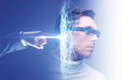 Geschäftsmannhand, die an virtuelles Netz anschließt stockbild