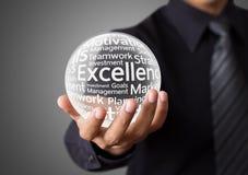 Geschäftsmannhand, die Wort der hervorragenden Leistung zeigt lizenzfreies stockbild