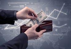Geschäftsmannhand nimmt Dollar von der Geldbörse heraus Lizenzfreies Stockfoto