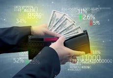 Geschäftsmannhand nimmt Dollar von der Geldbörse heraus Lizenzfreies Stockbild