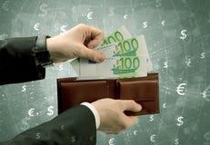 Geschäftsmannhand nimmt Euro von der Geldbörse heraus Lizenzfreie Stockfotografie