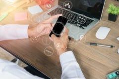 Geschäftsmannhand unter Verwendung des intelligenten Telefons stockfotografie