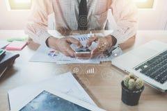 Geschäftsmannhand unter Verwendung des intelligenten Telefons, stockbilder