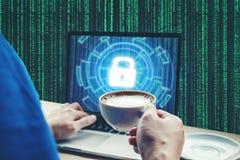 Geschäftsmannhand unter Verwendung des Laptops mit Internetsicherheitsjobgeschäft a Stockbilder