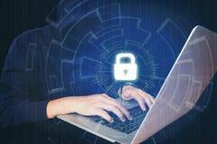Geschäftsmannhand unter Verwendung des Laptops mit Internetsicherheitsjobgeschäft a Lizenzfreies Stockbild