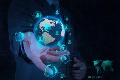 Geschäftsmannhand, welche mit neuer moderner Computerschau die Erde bearbeitet Stockbild