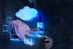 Geschäftsmannhand zeigt ein Datenverarbeitungsdiagramm der Wolke Lizenzfreie Stockfotos