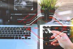 Geschäftsmannhandarbeitsgriffelstift und digitaler Tablet-Computer Lizenzfreie Stockfotos