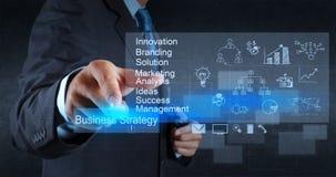 Geschäftsmannhandpunkte zur Geschäftsstrategie Lizenzfreie Stockbilder
