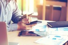 Geschäftsmannhandschreibenknopf auf Taschenrechner mit der Berechnung von AB Stockfoto