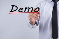 Geschäftsmannhandschrift Demo mit roter Markierung auf transparentem Abwischenbrett, Geschäftskonzept lizenzfreie stockfotografie