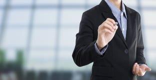 Geschäftsmannhandschrift leer auf virtuellem Schirm stockfoto