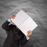 Geschäftsmannhandshowschwarz-Abdeckungsbuch mit zerknittert bereiten auf stockfotografie