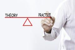 Geschäftsmannhandzeichnung Theorie und Praxis balanciert - Geschäft Lizenzfreies Stockfoto