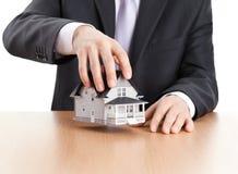 Geschäftsmannholding-Haus-Architekturbaumuster stockfoto