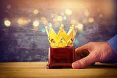 Geschäftsmannholding-Preistrophäe für Showsieg oder gewinnenden ersten Platz Lizenzfreies Stockbild