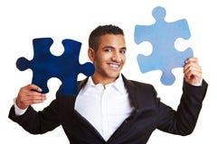 Geschäftsmannholding-Tischlerbandsägestücke Lizenzfreie Stockbilder