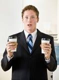 Geschäftsmannholdingpapier-Kaffeetassen Stockfoto