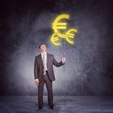 Geschäftsmannholdingsatz große Eurozeichen Stockfotos
