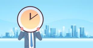 Geschäftsmannholdinguhr vor des Managementfristengeschäfts-Leistungsfähigkeits-Konzeptes der effektiven Nutzzeit des Gesichtes lizenzfreie abbildung