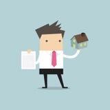 Geschäftsmannimmobilienagentur, die Haus und Vertrag hält Lizenzfreie Stockbilder