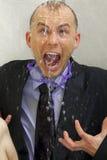 Geschäftsmannkühlung unter einer Dusche lizenzfreie stockfotos