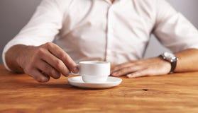 Geschäftsmannkaffeeholztisch lizenzfreie stockfotos